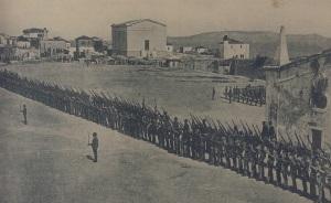 """Πλατεία ΕΛΕΥΘΕΡΙΑΣ πριν 100 χρόνια, στρατιώτες με ξιφολόγχες στην θέση των σημερινών """"φωτιστικώνν"""""""