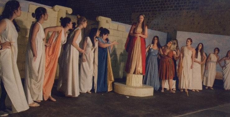 Τα κορίτσια έχουν τον πρώτο λόγο, με τον χορό των γυναικών...