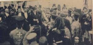 Βενιζέλος και Κωνσταντίνος(βασιλιάς)δίπλα-δίπλα, στην ανύψωση της   Σημαίας για την Ένωση  1.12.1913