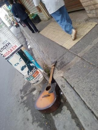 Η κιθάρα δεν μισόκλαιγε...