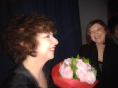 Η παράσταση τέλειωσε με θερμά χειροκροτηματα και λουλούδια
