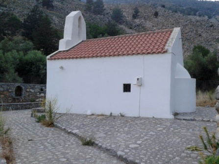 Το εκκλησάκι του Αγίου Γεωργίου στη μέση της διαδρομής - η έντονη συντήρηση επιβάλλεται πολλές φορές για την στήριξή του