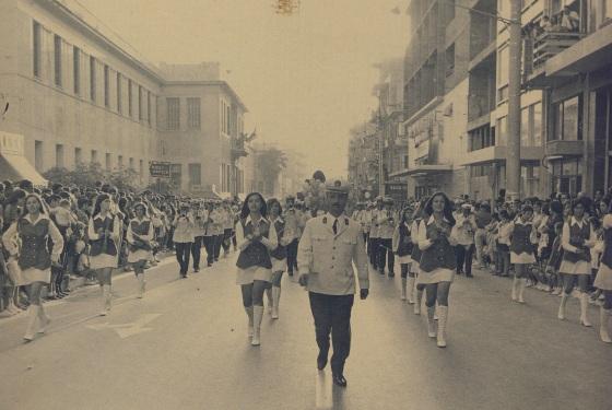 Η Μουσική του Δήμου, μαέστρος ο κ. Τζωρτζάκης, γιός του, Τζωρτζάκη επίσης μαέστρου της ίδιας Μπάντας - και σήμερα Τζωρτζάκης ο μαέστρος τέκνο του εμφαινομένου στην φωτογραφία.