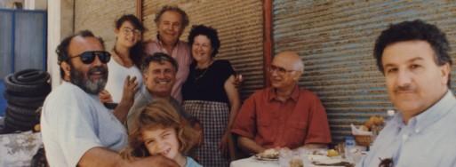 Η Μαρία του λιμανιού στο κέντρο, δεξιά ο Κώστας Μπαλαμούτσος