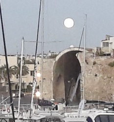 Ολοστρόγγυλο φεγγάρι πάνω απ την πόλη μας