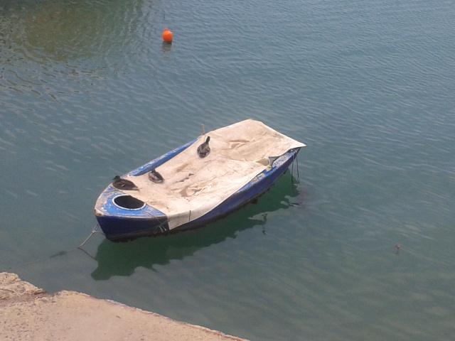 """Η βάρκα- σπίτι, στη θέση της χρόνια/""""αποκοιμιέται ο βαρκάρης-τα μάτια συλλογίζεται της Μάρης..."""""""
