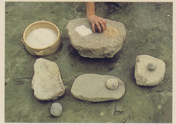 Λίθινοι τριπτήρες και τριβεία που χρησιμοποιήθηκαν στη λατρία για το τρίψιμο των καρπων και την παρασκευή εδεσμάτων, σήμερα υπάρχουν ανάλογα σκεύη (από τις μινωικές ανασκαφες του Γ.Σακελλαράκη)