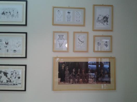 Στο καφενείο του ΑΪΒΑΛΙΩΤΗ, υπάρχει μαι μικρή έκθεση έργων του Γιάννη Ανδρεαδάκη
