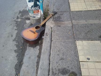 Μια κιθάρα στην 'ακρη του δρόμου(λεωφόρος καλοκαιρινού)