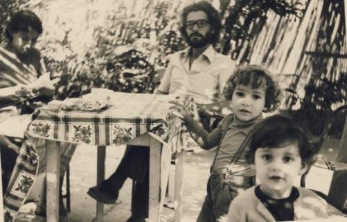 Σίφης και Μόνικα Καμάρη, με τον Φίλιππο πίσω από   τον Σπύρο-πρωτα χρόνια της Μεταπολίτευσης