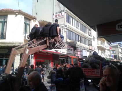 Από την μεγάλη απεργία: αγροτόπαιδα σε αγροτικό μηχάνημα παρελαύνουν στο κένρο του Ηρακλείου