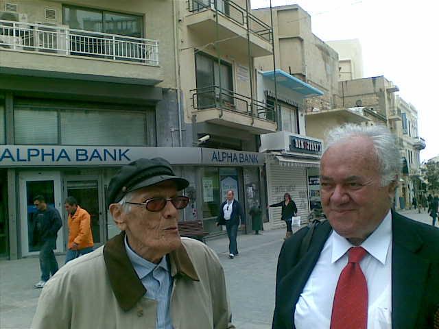 Δεξιά ο Δήμαρχος  Μανόλης Καρέλλης(ήταν τότε νεώτερος κατά 34 χρόνια), με τον γνωστό σκιτσογράφο Γιάννη Ανδρεαδάκη