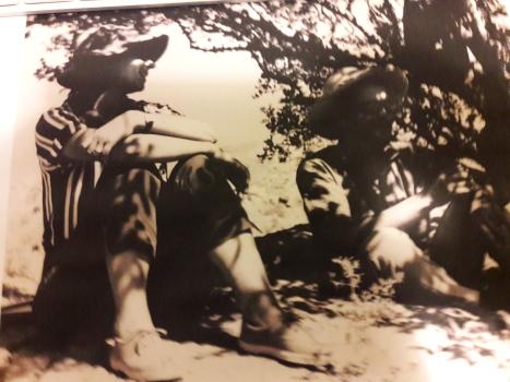 Στον ίσκιο μιας χαρουπιάς η Εφη Σακελλαράκη κι ο Βασίλης Ζεβελάκης ίσως συνωμοτούν για μιαν τηγανιτή πατάτα ( το σπανιότερο έδεσμα)1963 Ζάκρο