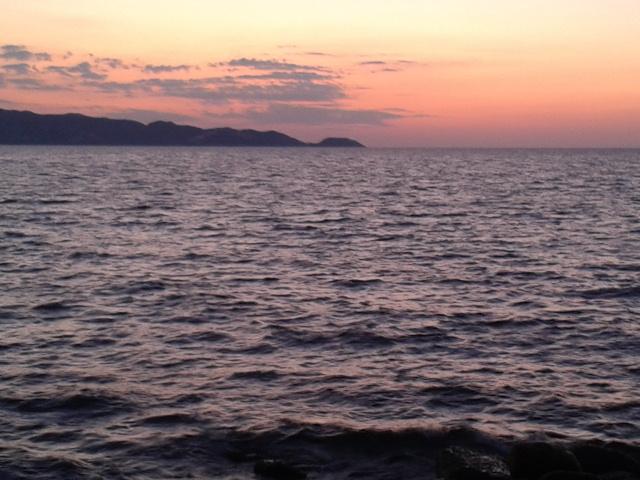 Η θάλασσα σκούραινε η νύχτα  άπλωνε τα σκούρα σεντόνια της...