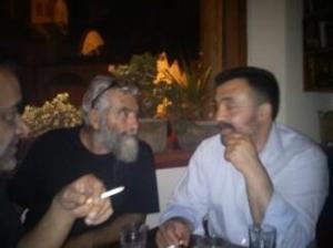 Δεξιά Κώστας Χιωτέλης , με τον Μιχάλη Σφακιανάκη γνωστό δικηγόρο (τον είδαμε και στο σανίδι με την ερασιτεχνική παράσταση των διηγόρων που σκηνοθέτησε ο Γιώργος Μαρκόπουλος)