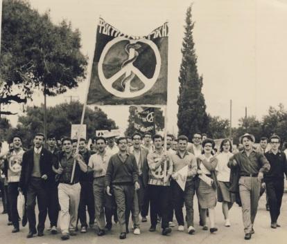 Η Μεγάλη Πορεία Ειρήνης, το τμήμα της Ιατρικής, δεξιά κρατάει το πανώ ο Μ.Μαμαλάκης, στη μέση με το πουλόβερ Μ.Κιουρτζόγλου