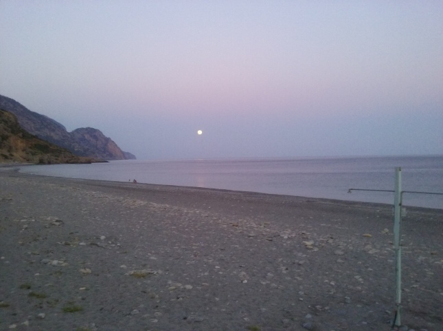 Σουρουπώνει, πριν πέσει η νύχτα το φεγγάρι πρόβαλε δειλά...