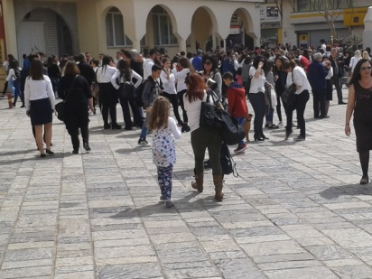 Η παρέλαση των σχολείων τελείωνει, όλοι μαζεύονται στην πλατεία του Αγίου Μηνά