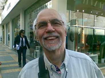 Φώτης καφάτος, ο διασημότερος των καθηγητώ του Παναεπιστημίου Κρήτης (στο κέντρο του Ηρακλείου 18.11.2009)