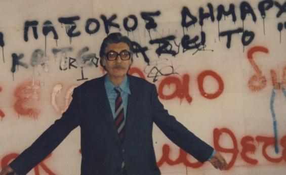Μανόλης Αναγνωστάκης, στην οδό Ρούσσου Χούρδου 4-ποζάρει μπροστά σε συνθήματα (4.3.1989 Ηράκλειο)