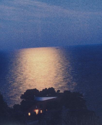 Όταν π'εφτει ο ήλιος, το μνημείο ενώνεται με το βράχο ενρμονίζονται τα ασύνδετα στοιχεία ή χανονται