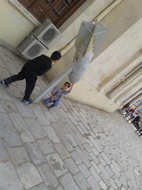 Τα πιο μικρά παιδιά, αφήνουν την παρ'ελαση γιανα παίξουν με την οβίδα που ειναι ετεθειμένη στην εκκλησια του Αγίου Μηνά
