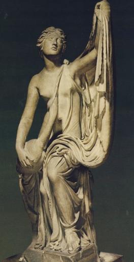 Αντίγραφα, δηλαδή μελέτες των σπουδαστών , στα αρχαία αγάλματα, είναι τοποθετημένα στις παλτείες/εδώ η Λήδα μ ε τον κύκνο-ανατρέχει στα 380 πΧ.