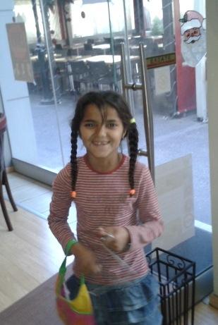 Το κοριτσάκι χαράζει ένα πολύχρωμο τόξο..