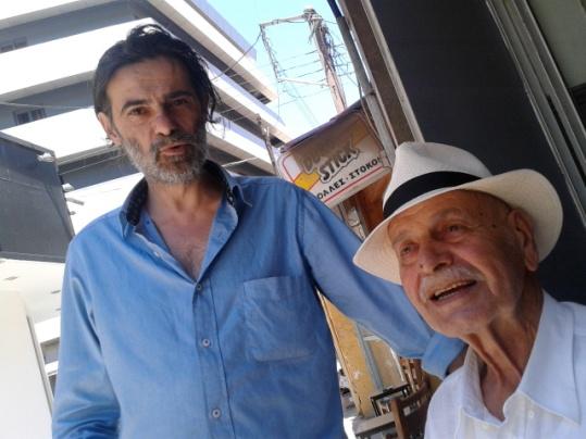 Στο καφενείο στην Αγία Παρασκευή του  ΣΜΠΡΟΥΣΛΟΓΙΑΝΝΙΟ, με τον ιδιοκτήτη Γ.Καλομοίρη