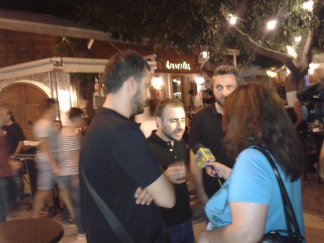 Ο Απόστολος Ξηριτάκης μιλάει στα ΜΜΕ λίγο πριν αρχίσει η παράσταση.