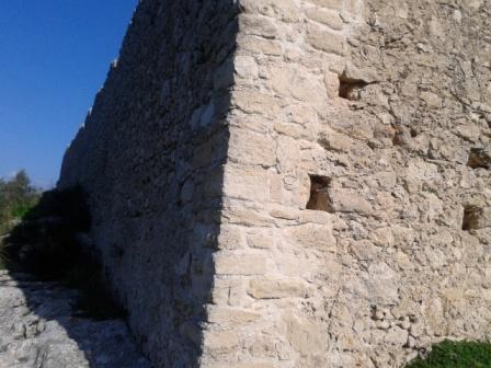 Η στιβαρή γωνία της περιμέτρου της οχύρωσης, επιμελημένη αλλά όχι τόσο  άρτια (τεχνικηή άποψη)
