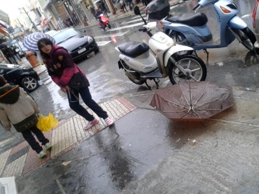 Κακοκαιρία μα τα χθεσινά κάλαντα ακούγονται ακόμα -με μιαν μπρέλα γεμάτη βροχή...