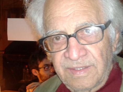 Νίκος Επιτροπάκης, παλαίμαχος διακεκριμενος δημοσιογράφος, αλλά και    εξαίρετος   στιχουργός (από εκδήλωση στο καφε ΤΣΙΟΥ, 30.10.2014 Ηράκλειο)