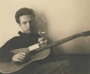 Κώστας Τζίκας, φοιτητής της αρχιτεκτονικής αλλά πιο πολύ μουσικός, από το βιολί, στην κιθάρα και τελικά στο μπουζούκι - θερμός (από τους πρώτους) θιασώτες του ρεμπέτικου