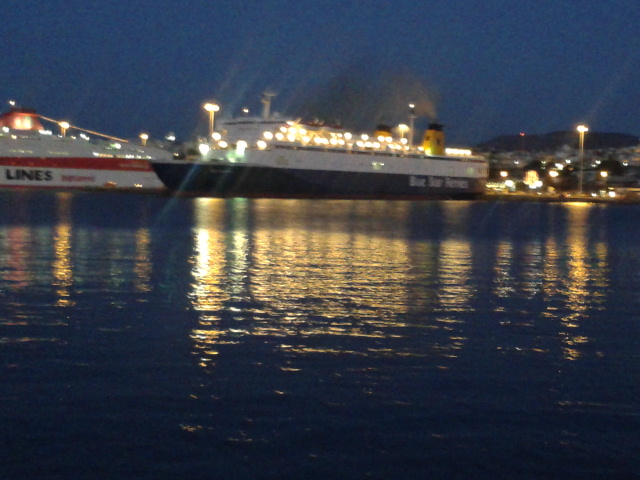 Ηρθαν πλοία με φουγάρα,  σκόρπισαν καπνό κι αιθάλη...είνα πια τεράστια φέρυ μπόουτ...