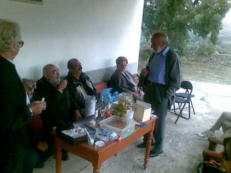 Στο χωριό του Σίφη Καμάρη, την Κοξαρέ (όρθιος δεξιά)