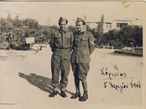 Αριστερά ο ποιητής Μηνάς Δημάκης