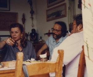 Στο σπίτι του Μύρου Μιγάδη (Α.Πελαγία)φωτογραφίζει την Ελένη και τους φίλους τοτ
