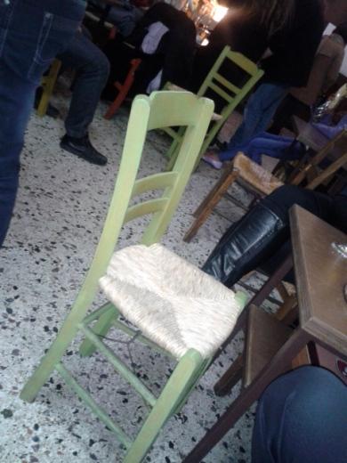Οι καρέκλες τοποθετημένες ζικ ζακ, οι θαμώνες όρθιοι