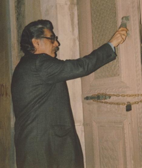 Ο Ποιητής δοκιμάζει την κλειδωμένη πόρτα ( Ηράκλειο 1989)