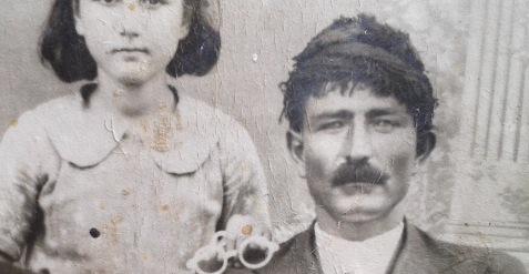 Γιάννης Σμπώκος, νεανικη φωτογραφία, διακρίνεται η Παρασκευούλα Δακανάλη (αργότερα Σταυρακάη, αδελφή της Όλγας)