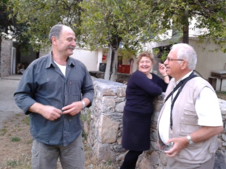 Αριστερά ο Ματθαίος Σταυρουδακης, στον παλιό οικισμό -θα μας περιποιηθει το βράδυ στο εστιατόριο.