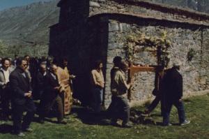 Μεγάλη Παρασκευή, στα λασιθιώτικα βουνά( Λιμνάκαρο), παρακολουθεί καταμεσήμερο τον Επιτάφιο