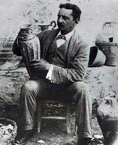 Έβανς με γνωστό ρυτό της Κνωσού, ίδιο τελείως βρέθηκε στη Ζάκρο(φυσιγνωμική ομοιότητα με τον Γιάννη Σακελλαράκη)